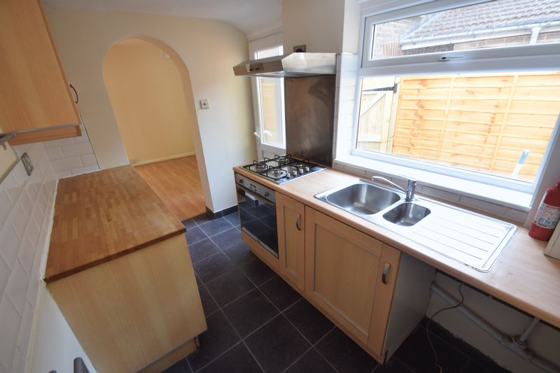 2 bedroom Mid Terrace to rent in Winsdon Road, Luton - Photo 3